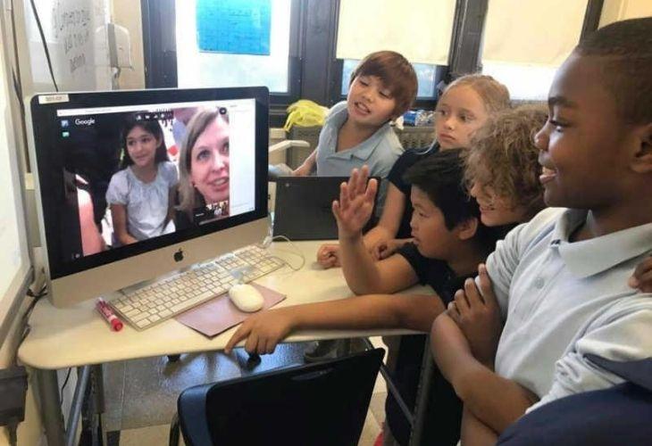 Estudiantes conversando por videollamada con otros y otras estudiantes