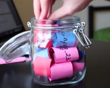 Foto de un frasco con notas de colores adentro