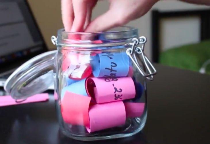 frasco con notas de colores dentro