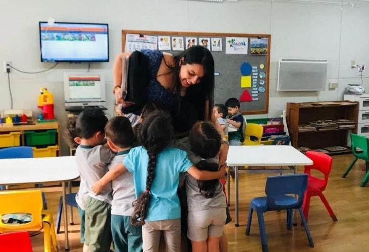 Antonieta Flores, docente de inglés, con sus estudiantes