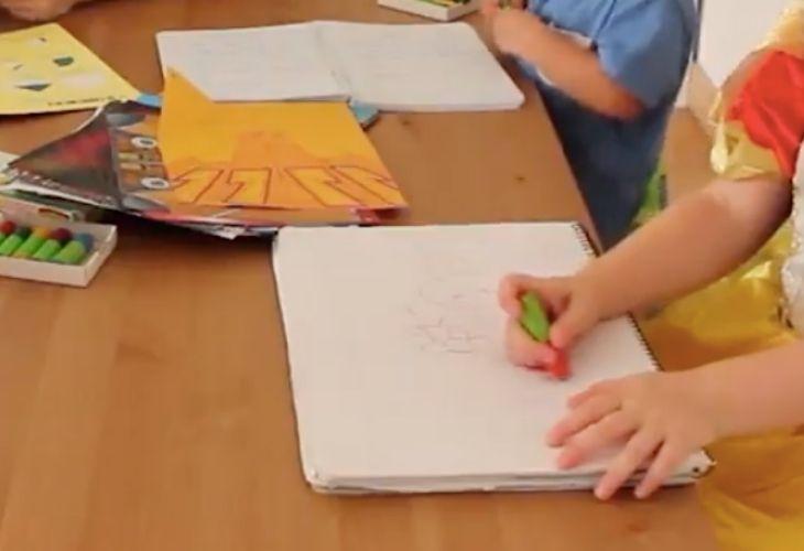 infante dibujando en una hoja