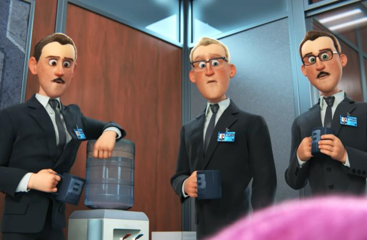 tres hombres vestidos de traje miran de forma extraña a la nueva compañera de trabajo porque no es como ellos