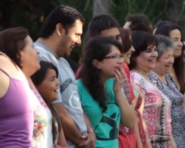 personas participando de yoga de la risa