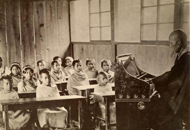 Sala de clases de una escuela mixta en las Montanas de Kampazar