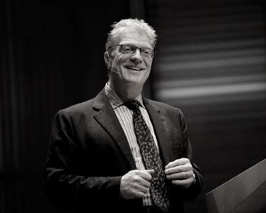 Sir Ken Robinson durante una conferencia