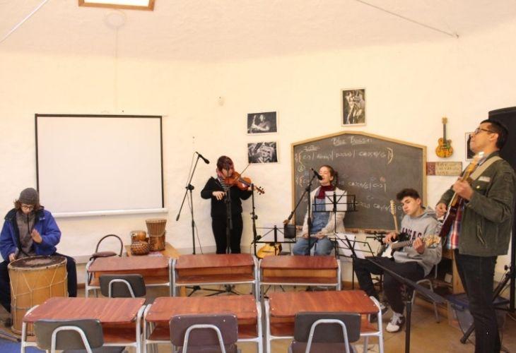 Tito Pineda junto a sus estudiantes de segundo medio