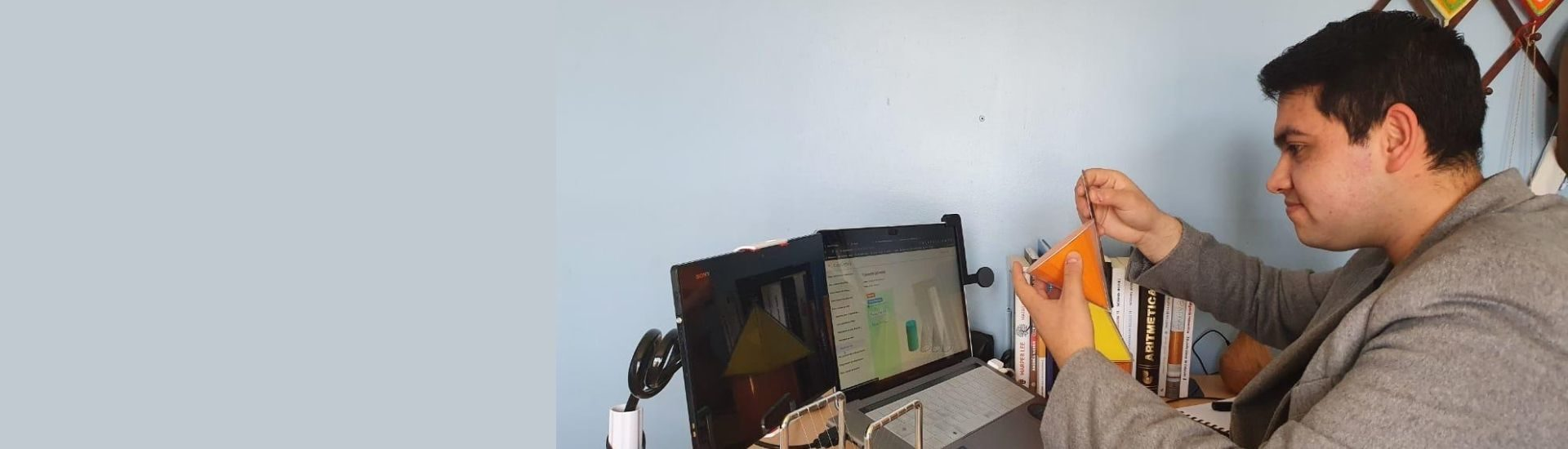 Víctor Gálvez, profesor de matemática, grabándose para subir un video a YouTube