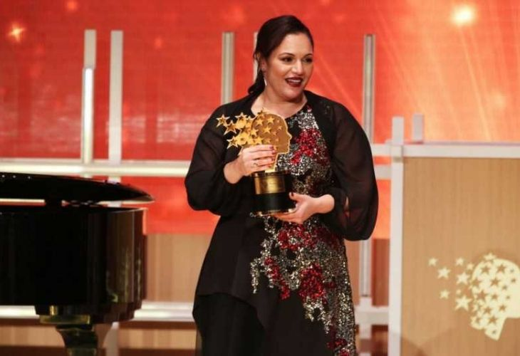 Andria recibiendo premio en el global teacher prize