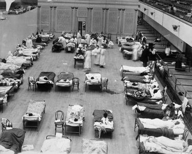 En la imagen se ve una fotografía de la pandemia de 1918, a la izquierda se ve el auditorio municipal de Oakland
