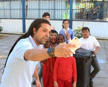 Camilo Torreblanca Con sus estudiantes posando para una selfie