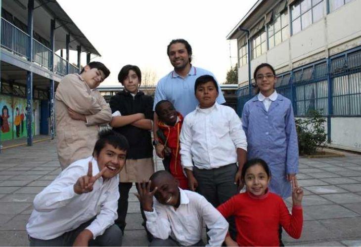 Camilo Torreblanca posando con sus estudiantes