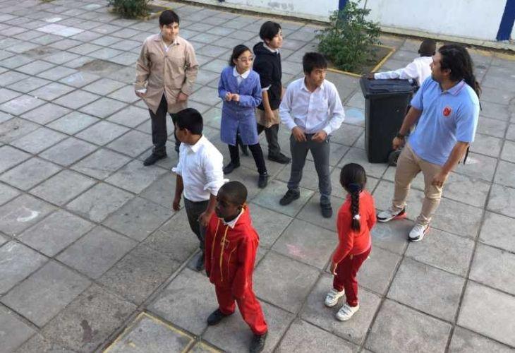 Camilo torreblanca y sus estudiantes conversando