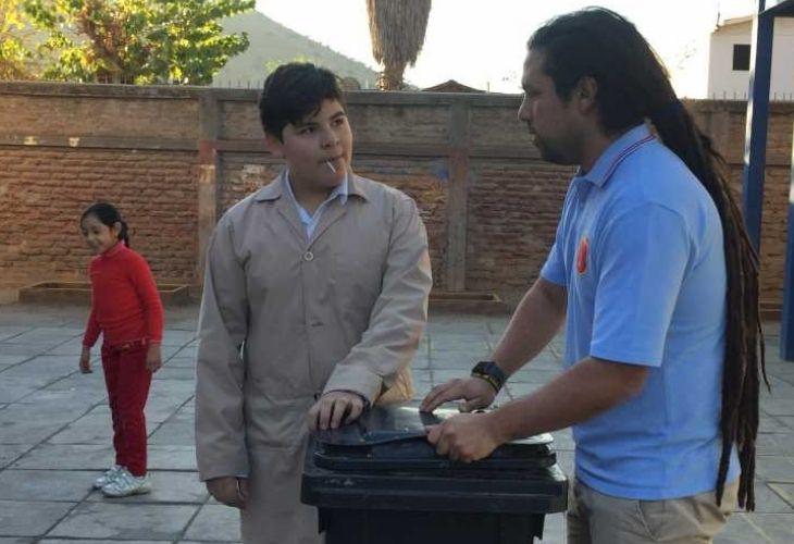 Camilo Torreblanca conversando con un estudiante