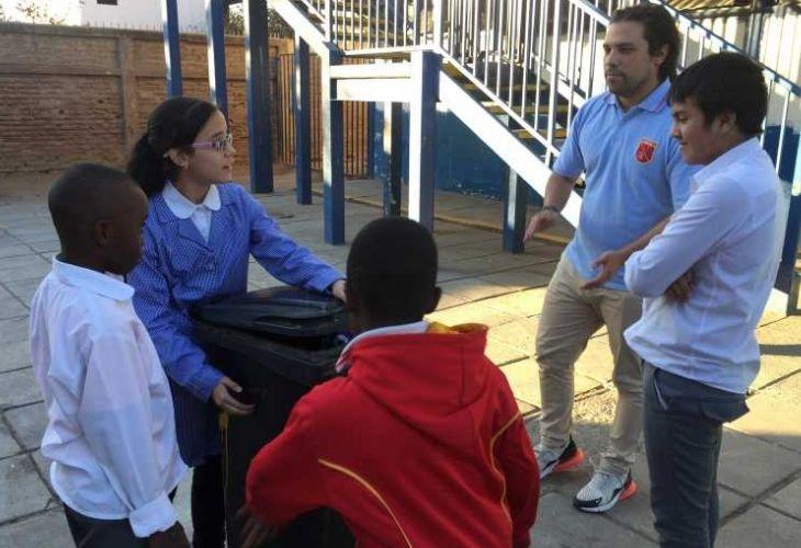Camilo Torreblanca conversando con sus estudiantes