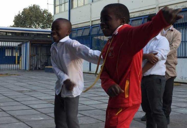 Estudiantes realizando movimientos de baile