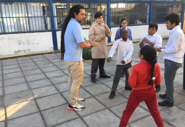 Camilo Torreblanca explicando un ejercicio a sus estudiantes