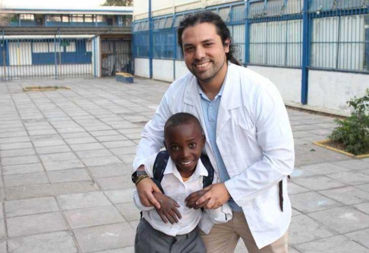 Camilo Torreblanca abrazando a uno de sus estudiantes
