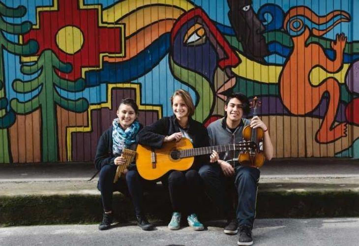 Estudiantes con instrumentos