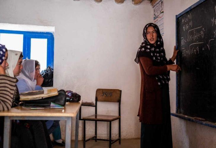 Profesora en escuela afgana