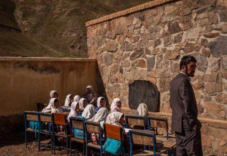 Estudiantes en escuela Afgana