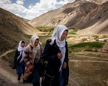 Mujeres caminando a escuela (Afganistán)