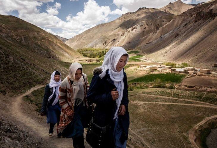 Mujeres caminando a escuela (Afganistan)