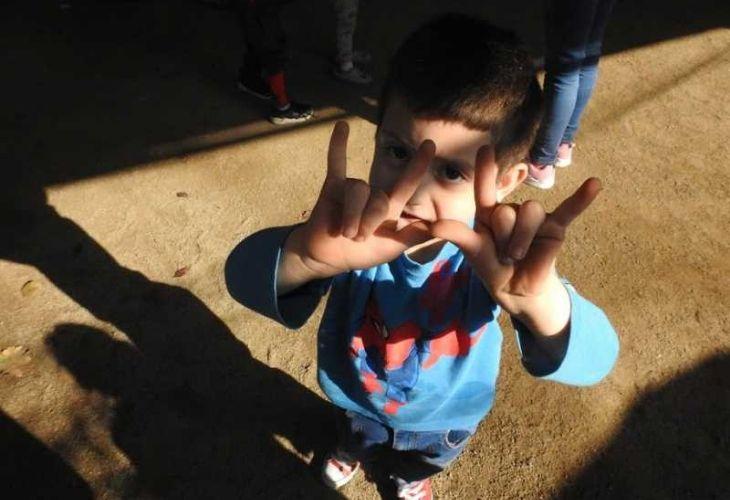Niño haciendo gestos con las manos