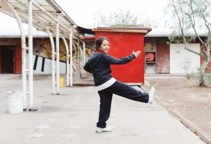 Estudiante moviendose en el patio de la escuela