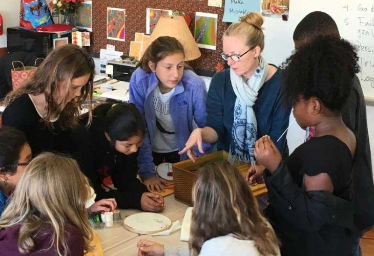Foto docentes y estudiantes observado experimento