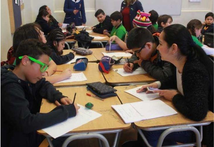 Fotografía Liceo República de Brasil, grupo de estudiantes trabajando en matemáticas