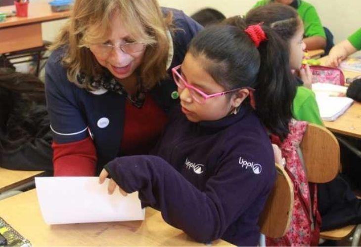 Profesora explicando a alumna en clases de matemáticas, Liceo República de Brasil