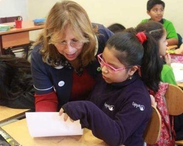 Fotografía Liceo República, profesora explicando a alumna