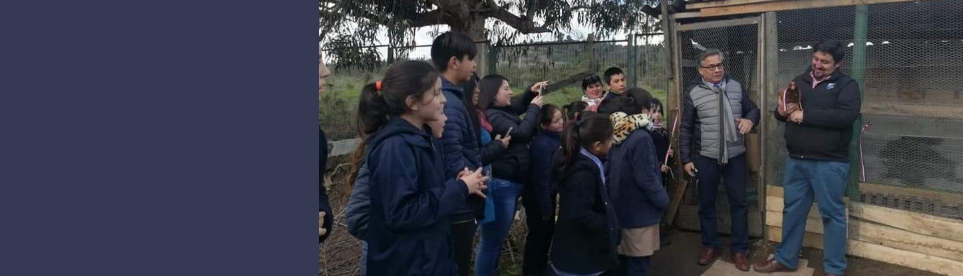 profe Álvaro con sus alumnos en una granja aprendiendo habilidades fuera del aula