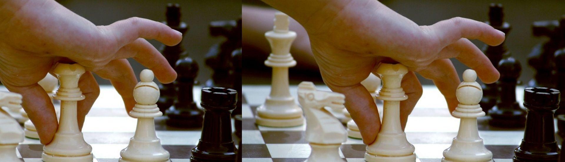 mano jugando ajedrez