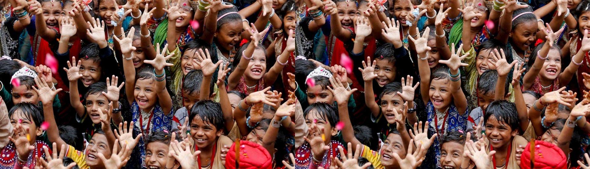 Niñas y niños saludando