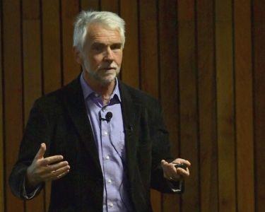 Pete Higgins, exponiendo