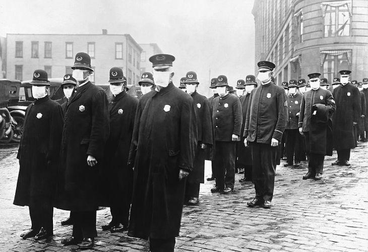 Policías preparados para actuar en medio de la pandemia en Seattle