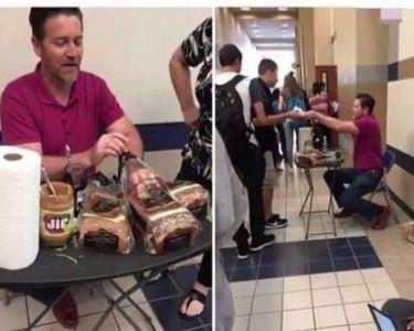 Profesor entregando sandwichs a sus estudiantes