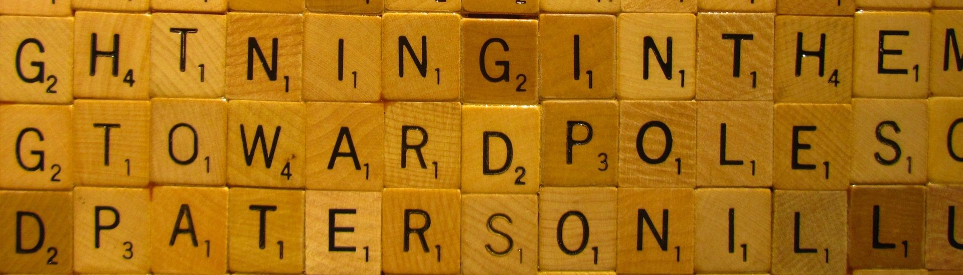 Imagen de varias piezas de Scrabble, un