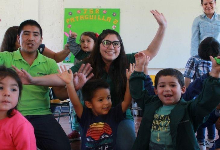 Alexis y María José con los niños de Patagüilla.
