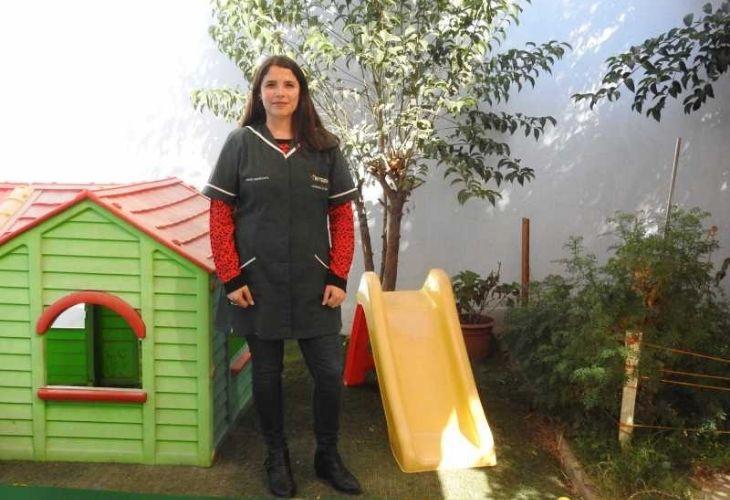 Educadora de párulos en el patio del Jardín infantil