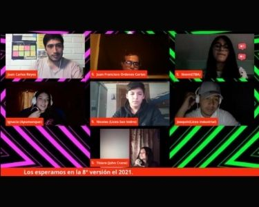 En la imagen se ve una sesión en línea de participantes reunidos
