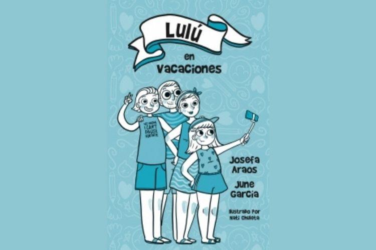 Portada del libro Lulú en vacaciones, en él se ve la familia de Lulú junto a ella; en tonos celestes