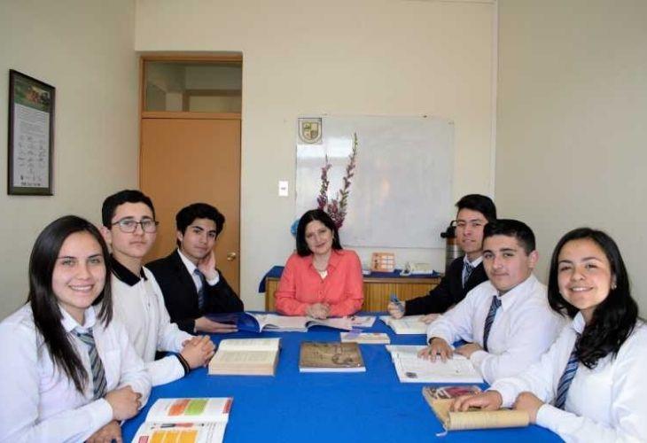 Marcela Henríquez y estudiantes