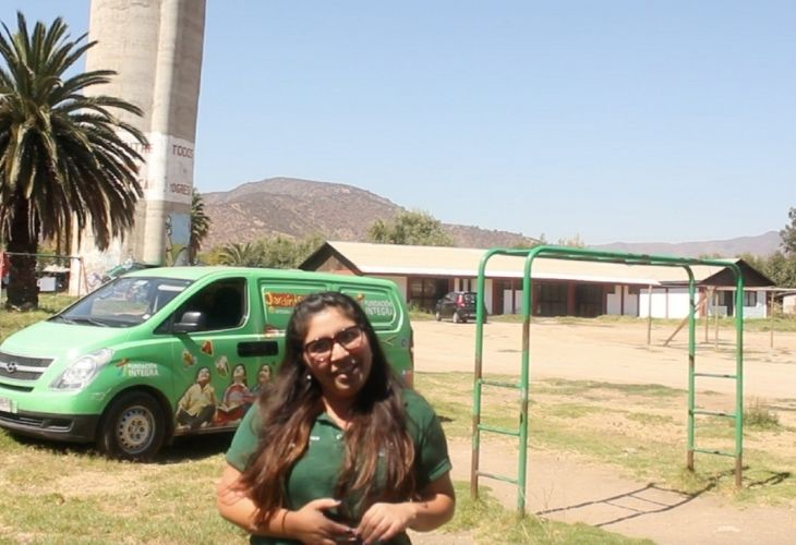 María José, y de fondo la furgoneta donde se transporta el jardín.