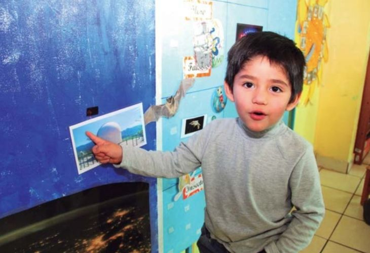 Niño explorando la astronomía