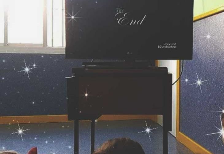 Niñs mirando la pantalla del cine
