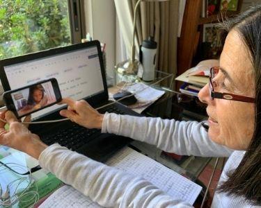 Imagen de la profesora Anita durante clases de lectoescritura en línea con Valentina