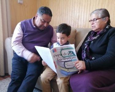 Imagen de una familia leyendo el diario de las emociones del Jardín Infantil Peuman Ruka