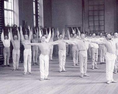 Estudiantes realizando ed. fisica